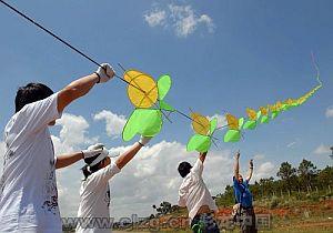 Very long kite train.