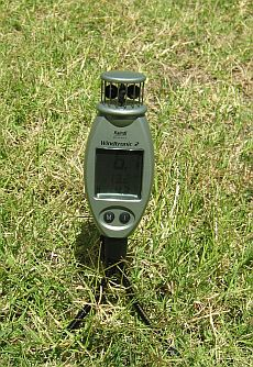 Kiting wind meter - the Kaindl Windtronic 2 on a grass lawn