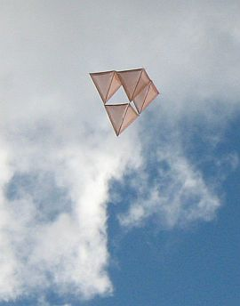 Tetrahedral Kites - a home-made 4-cell tetra in flight